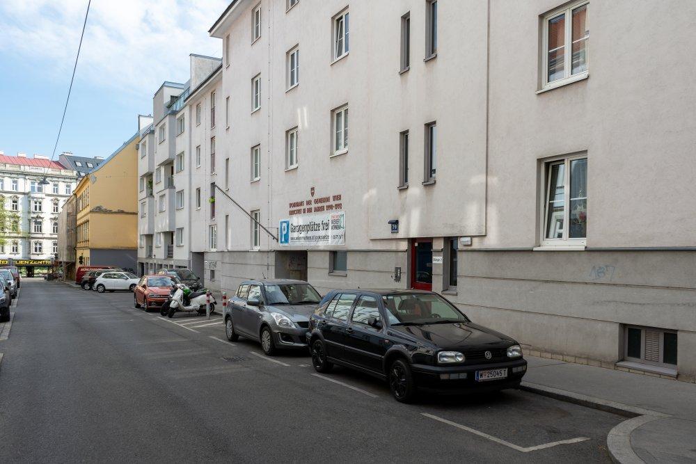 Karmeliterhofgasse im 15. Bezirk, Wien, Gemeindebau, Parkplätze
