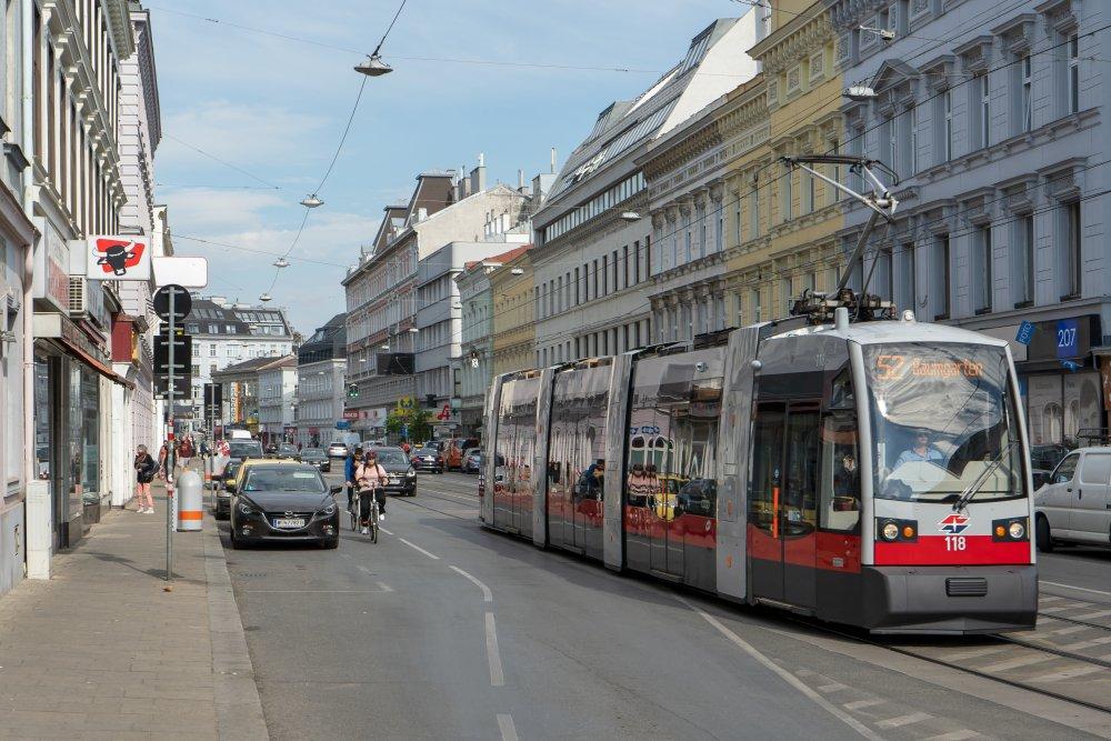 Radfahrer müssen zwischen parkenden und fahrenden Autos und der Straßenbahn fahren. (Foto: 2020)