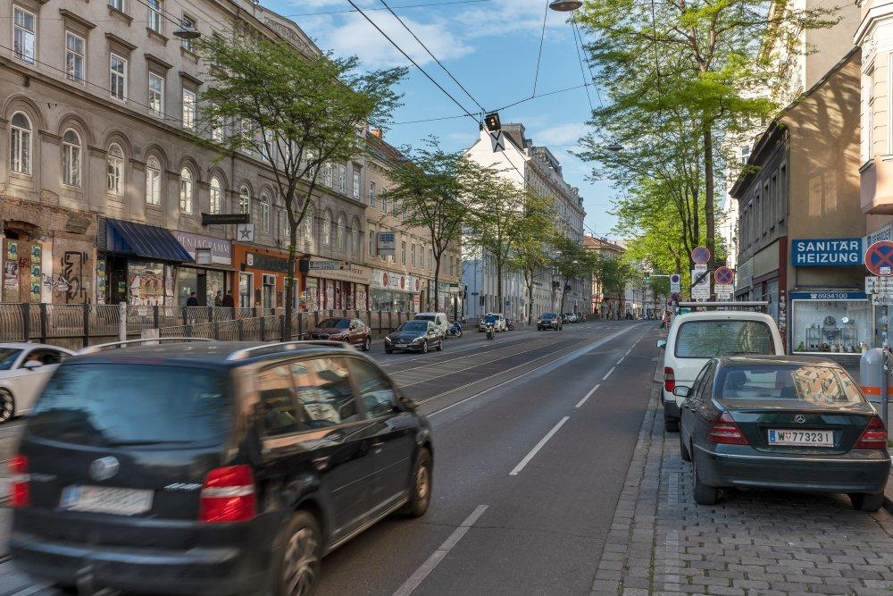 Äußere Mariahilfer Straße: extrem viel Platz für PKW, zahlreiche Bäume, gefährliche Radwege (Foto: 2020)