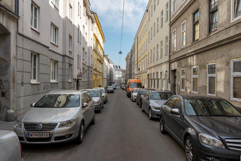 Oesterleingasse: viele Parkplätze, schmale Gehsteige, keine Begrünung (15. Bezirk, Foto: 2020)