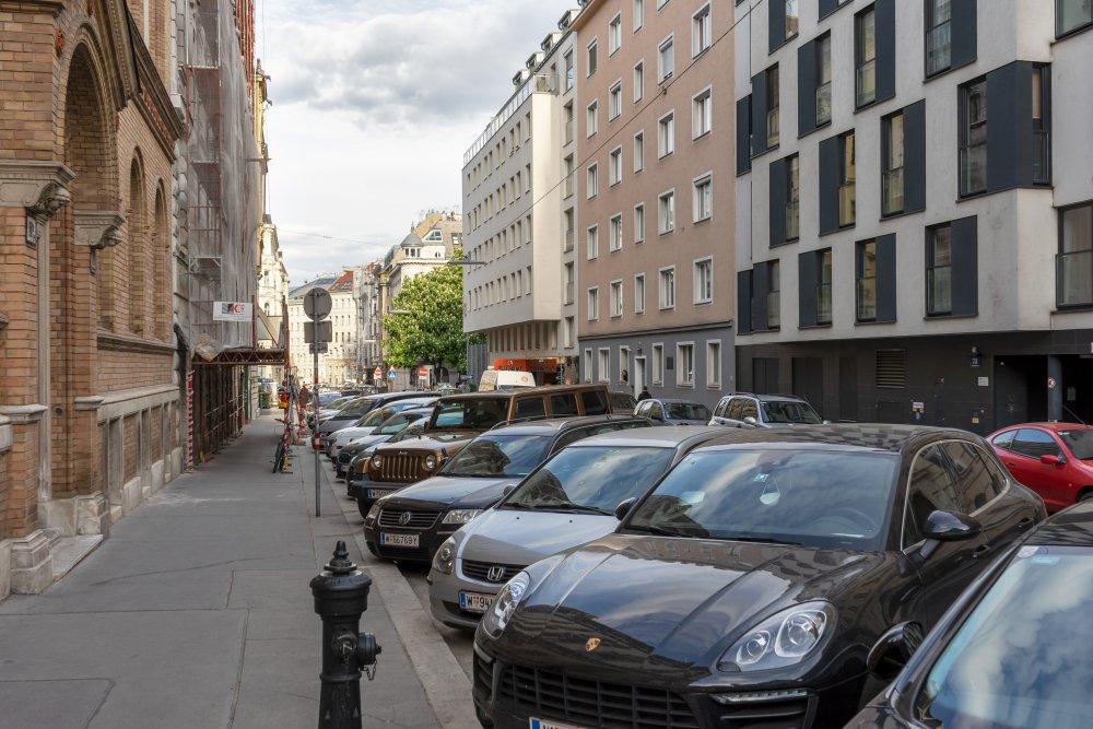 Florianigasse mit parkenden Autos, Wien