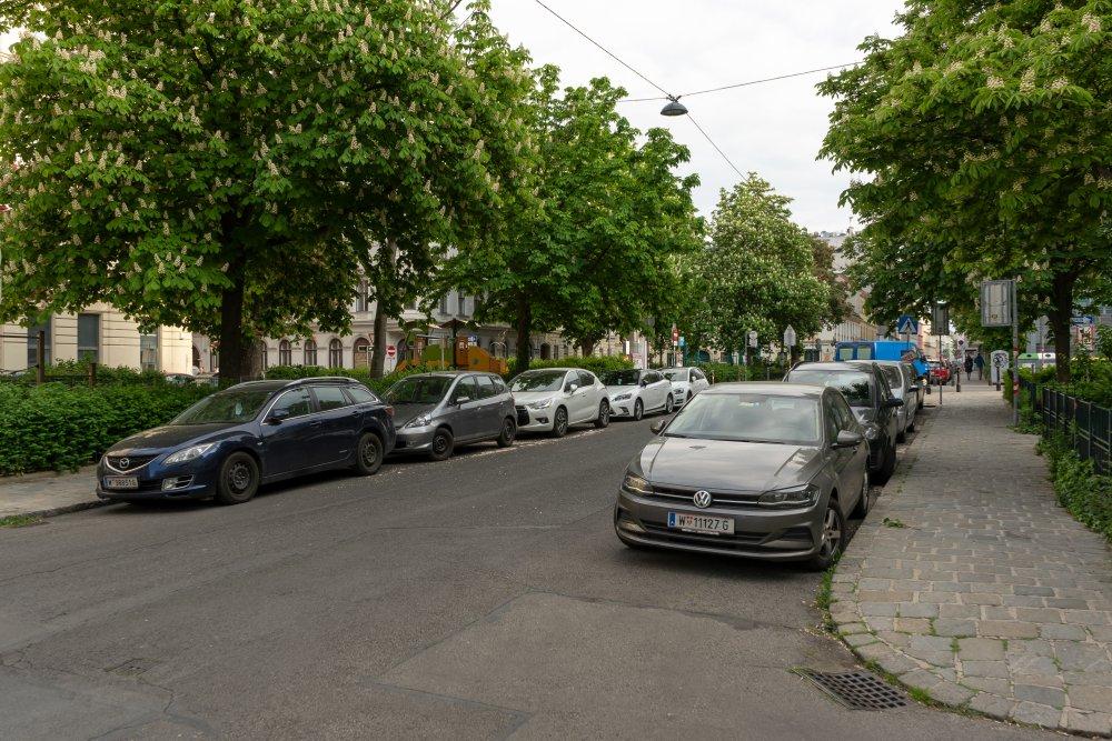 Zerteilter Bennoplatz: viel Platz für den ruhenden und fahrenden Verkehr (8. Bezirk, Foto: 2020)