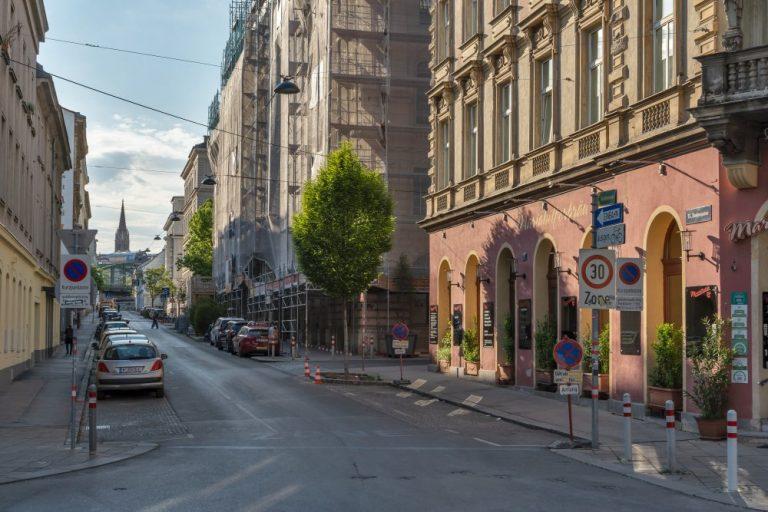Rosinagasse in Wien Rudolfsheim-Fünfhaus, Historismus-Gebäude, Straße, Parkplätze, Kirchturm