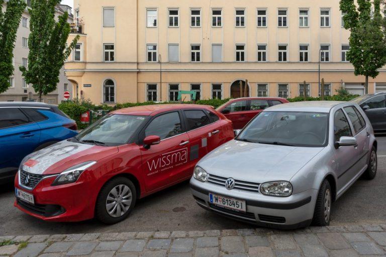 Parkende Autos am Albertplatz im 8. Bezirk in Wien