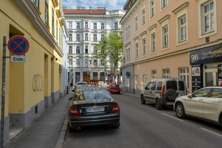 Sperrgasse mit parkenden Autos, historische Gebäude, Blickrichtung Mariahilfer Straße, 1150 Wien