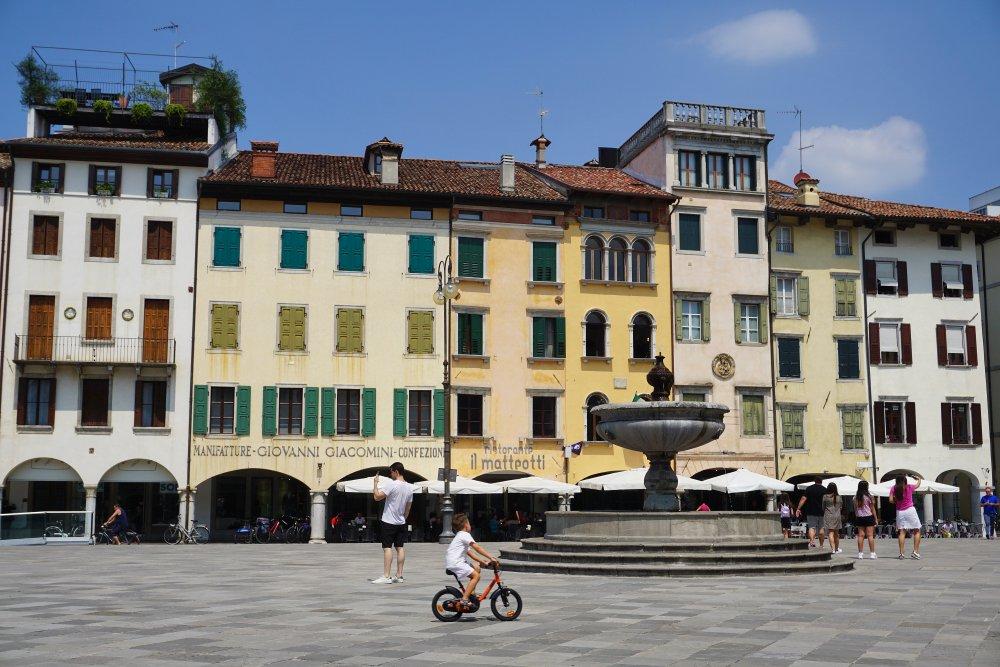 Platz in Udine mit historischen Gebäuden