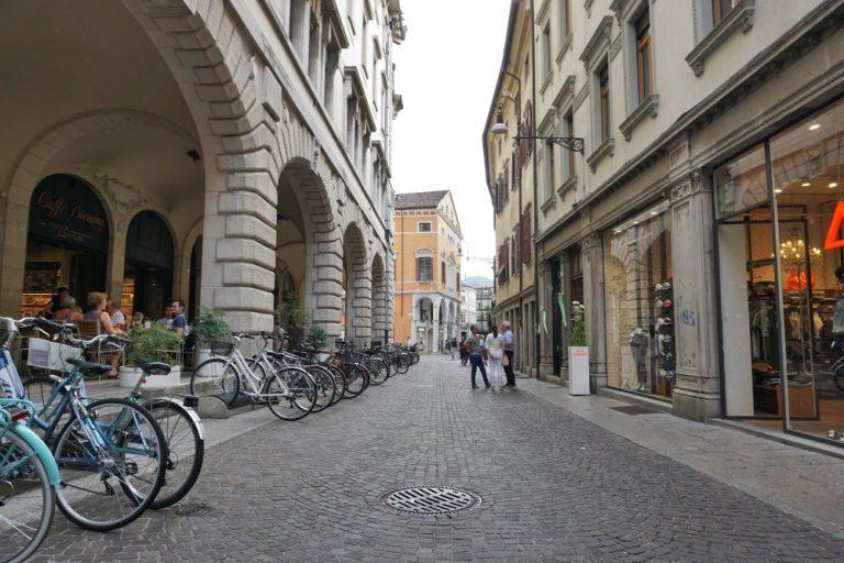 Fußgängerzone mit abgestellten Fahrrädern in Udine, Italien