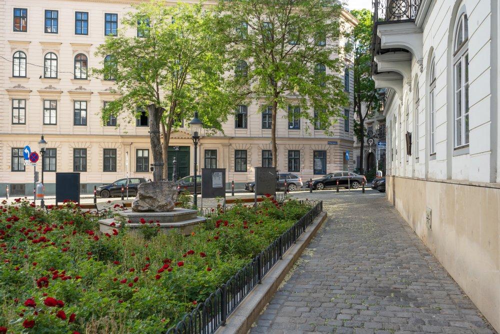 Gasse im 8. Bezirk in Wien, Begrünung, historische Gebäude, Pflasterung