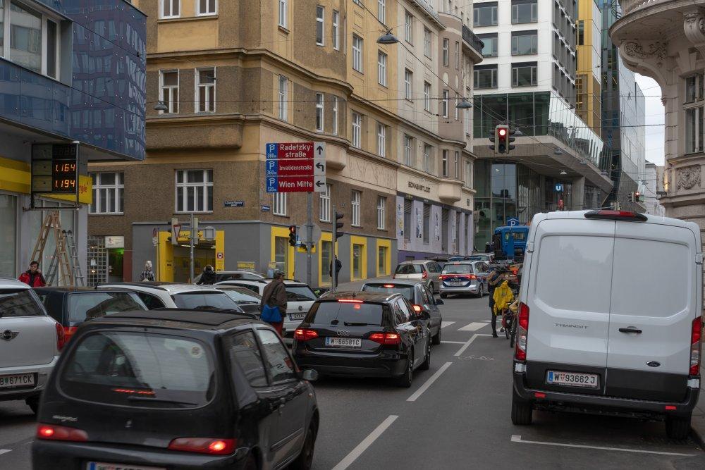 Marxergasse in Richtung Wien Mitte: extrem viel Platz für KFZ, gefährlich für Radfahrer, keine Bäume (Foto: 2020)