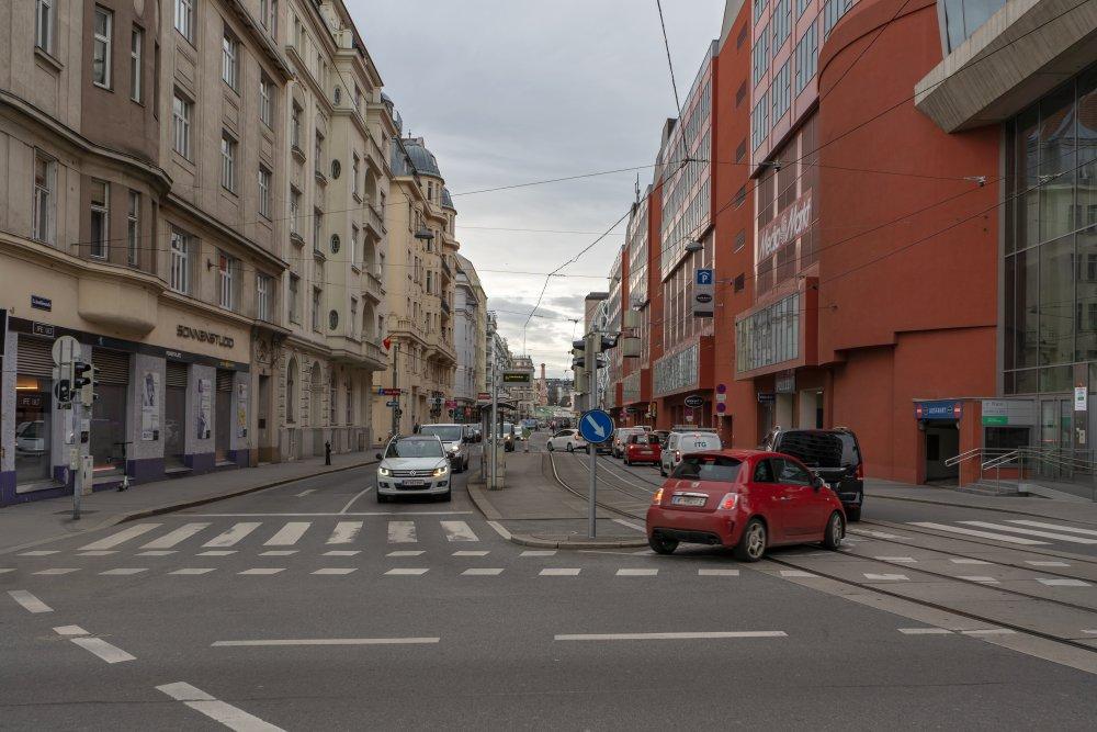 Invalidenstraße in Wien-Landstraße, Jugendstilhäuser, Bürokomplex Wien Mitte, Autos, Asphalt