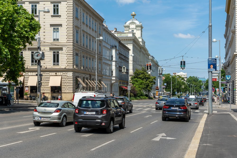 """Auerspergstraße: viel Verkehr auf der """"zweiten"""" Ringstraße (1./8. Bezirk, Foto: 2020)"""