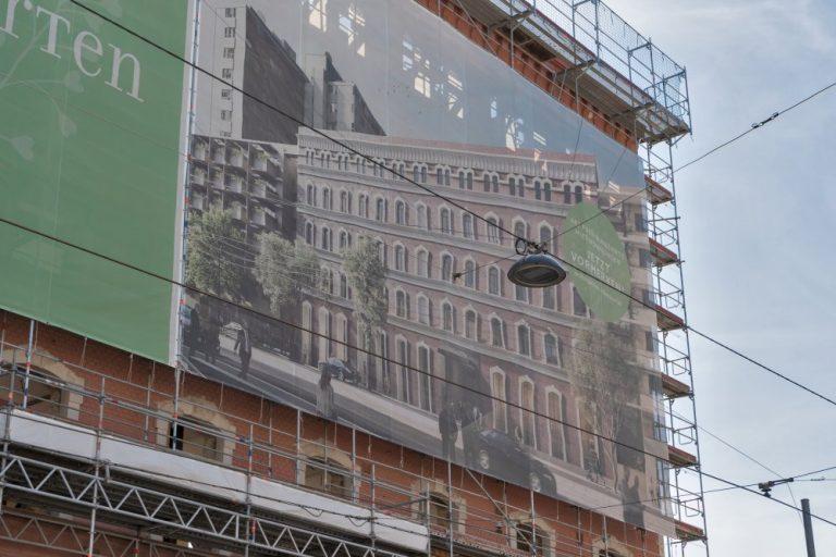 Plakat mit Rendering der renovierten und umgebauten Fabrik, Geiselbergstraße, Wien
