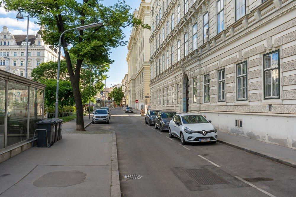 Friedrich-Schmidt-Platz (8. Bezirk): Nebenfahrbahn mit Asphalt und Parkplätzen (Foto: 2020)