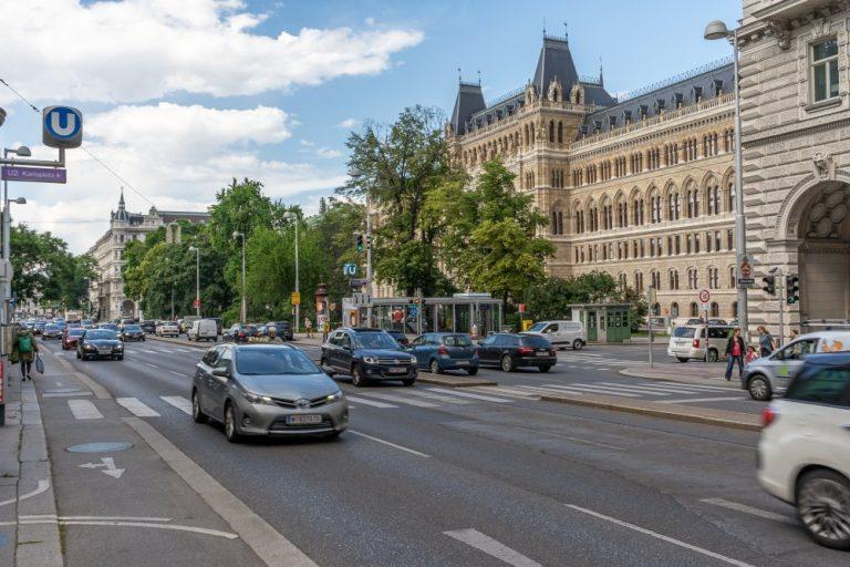 Friedrich-Schmidt-Platz, Rückseite des Rathauses, Autoverkehr, 1080 Wien