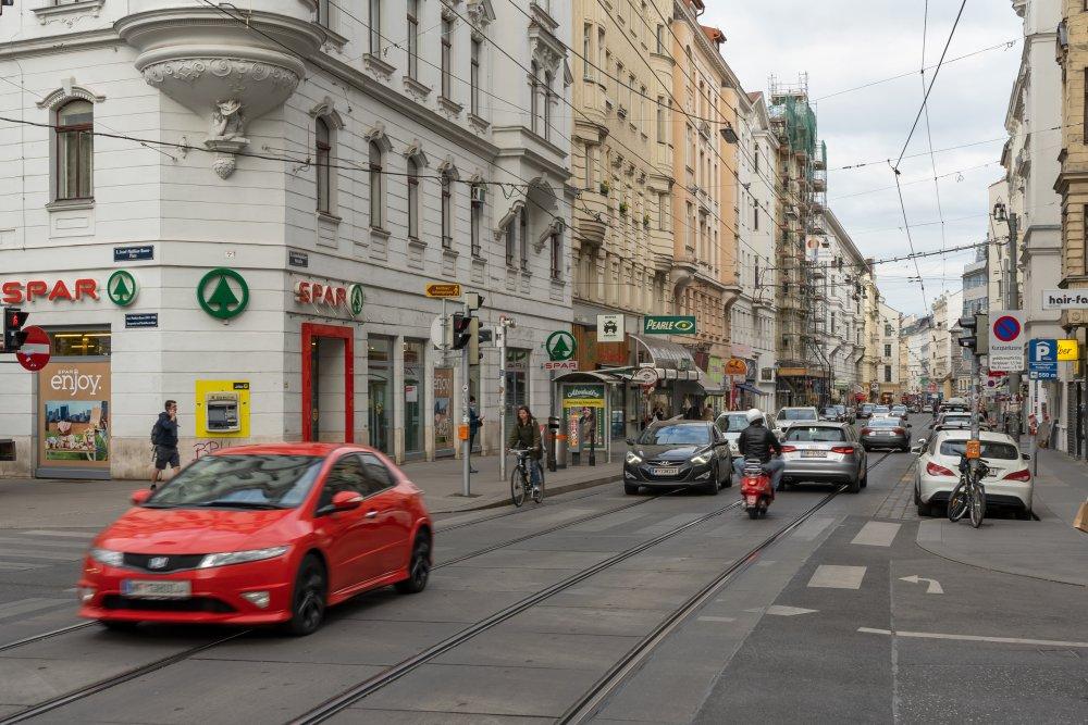 Josefstädter Straße: viel Asphalt, viel Verkehr, fast keine Bäume (Foto: 2020)