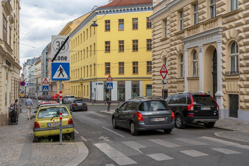 Autos in der Laudongasse, Skodagasse, Wien-Josefstadt