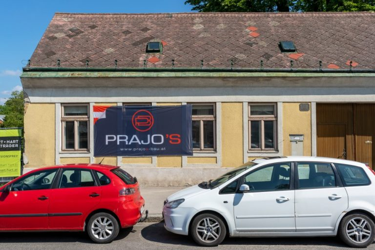 einstöckiges historisches Gebäude am Leopoldauer Platz 11 mit Autos im Vordergrund, Abriss 2020 trotz Schutzzone, Wien-Floridsdorf
