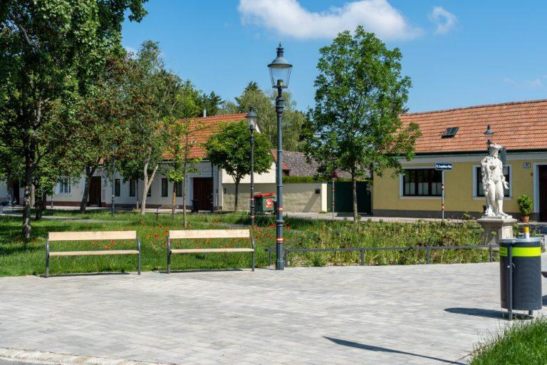 Park mit alten Straßenlaternen und einstöckigen Häusern, Floridsdorf, Wien
