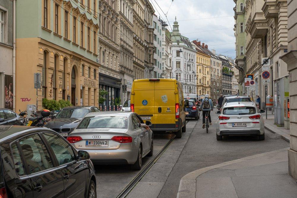 Autos und Radfahrer auf der Lerchenfelder Straße, Neubau, Josefstadt, Wien