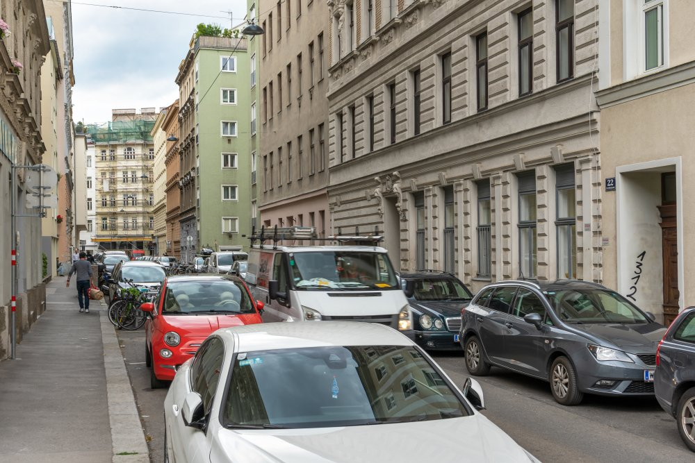 Lerchengasse: viel Platz für PKW, wenig Platz für alle, kein Platz für Begrünung (Foto: 2020)