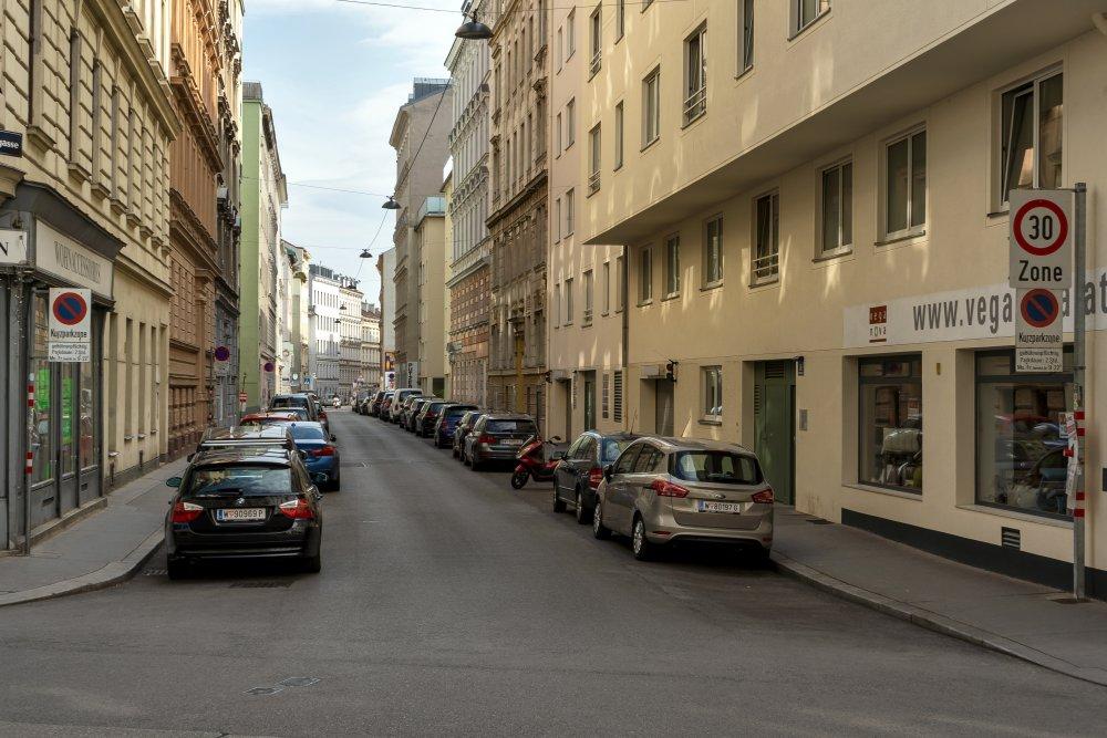 """Blick in die Lerchengasse von der Josefstädter Straße, parkende Autos, Schilder """"Kurzparkzone"""" und """"30 Zone"""", 1080 Wien"""