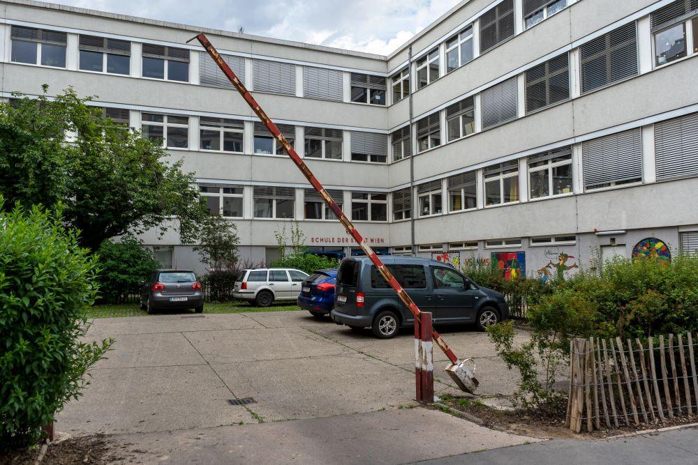 Schule der Stadt Wien, Pfeilgasse, Parkplatz, Schranken, Sträucher, Josefstadt