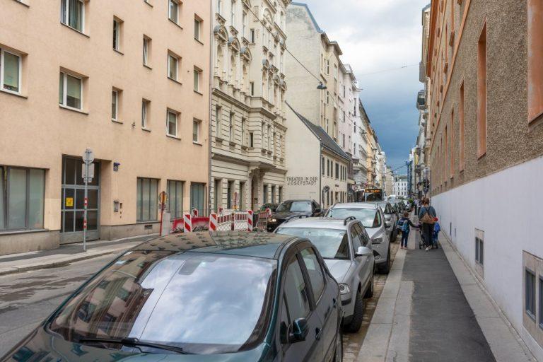 Piaristengasse, beim Jodok-Fink-Platz. Richtung Josefstädter Straße, beim Theater in der Josefstadt, viele Parkplätze, 1080 Wien