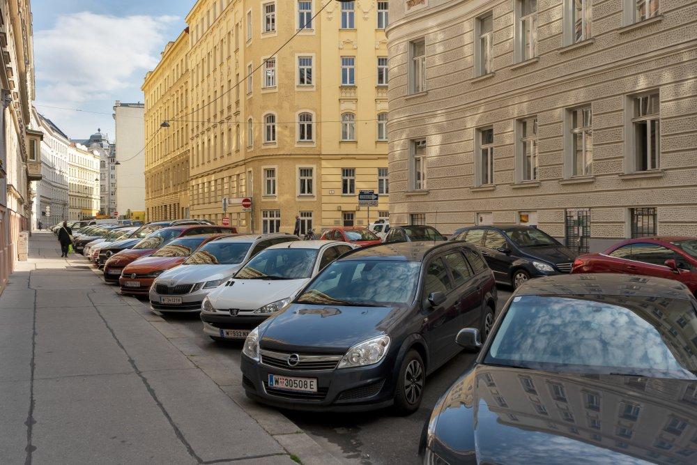 Schönborngasse: extrem viel Platz für parkende Fahrzeuge, keine Bäume, keine Begrünung (Foto: 2020)