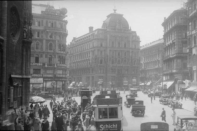 Fußgänger und Automobile am Stock-im-Eisen-Platz und Stephansplatz, 1930er, Stephansdom, Innere Stadt, Wien, historisches Foto