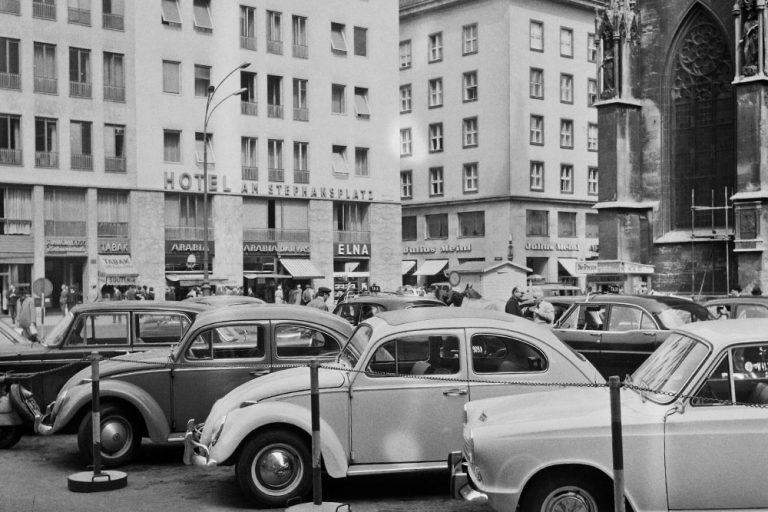 parkende Autos am Stephansplatz, neben dem Stephansdom, Wien