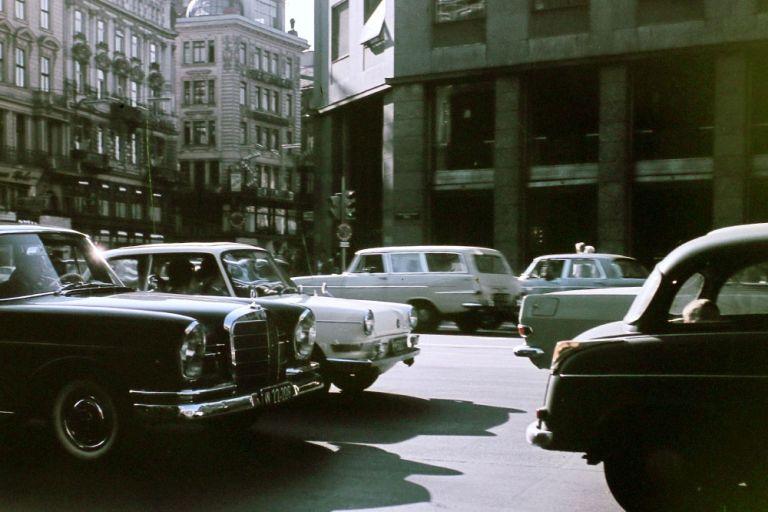 Autoverkehr am Stephansplatz im Jahr 1964, im Hintergrund der Graben und das zweite Haas-Haus