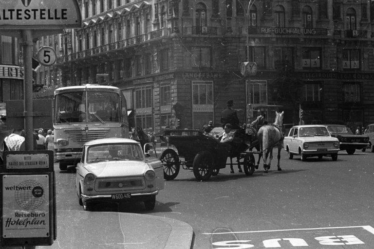 Autoverkehr und Fiaker am Stephansplatz und Stock-im-Eisen-Platz, im Hintergrund die Kärntner Straße und das Palais Equitable