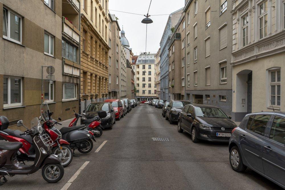 Asphaltfahrbahn, Autos, Häuser, Josefstadt, Wien