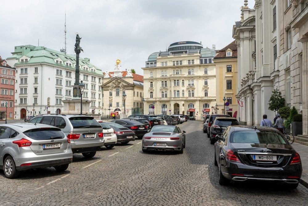 Am Hof: Trotz Garage ist der bedeutende Platz im 1. Bezirk teilweise zugeparkt. (Foto: 2020)