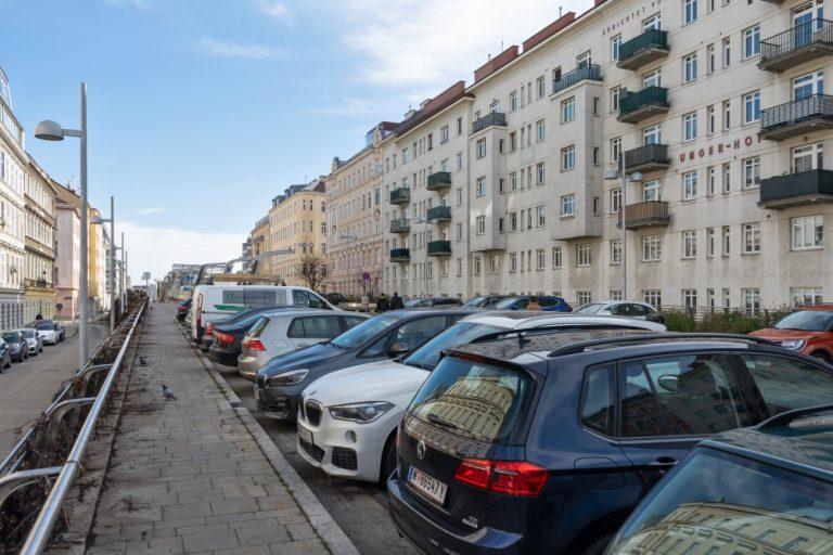 """Der Fasanplatz bei der S-Bahn-Station """"Rennweg"""" ist ein einziger Parkplatz. (Foto: 2020)"""