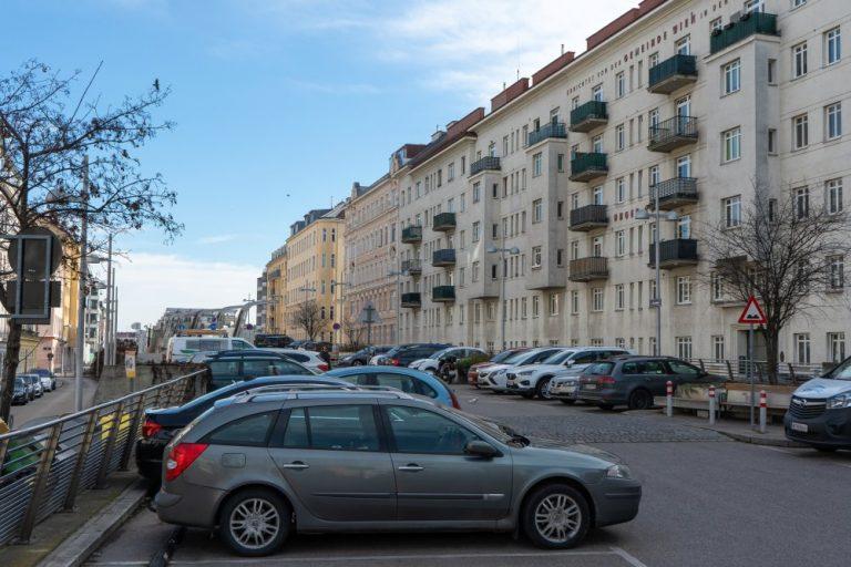 Der Fasanplatz neben dem extrem dicht bebauten Fasanviertel ist ein großer Parkplatz. (3. Bezirk, Foto: 2020)