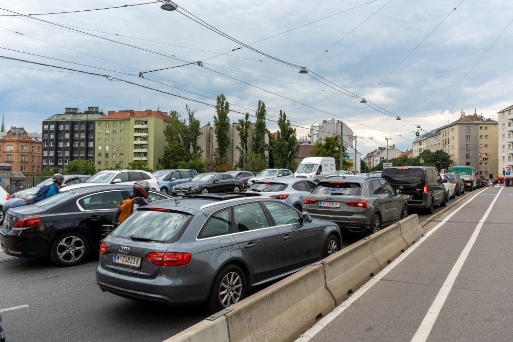 Dichter motorisierter Verkehr auf der Franzensbrücke über den Donaukanal, Radwege am Gehsteig (2./3. Bezirk, Foto: 2020)