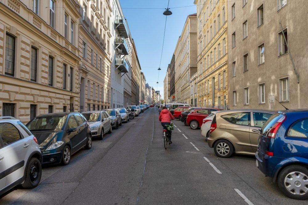 Hohlweggasse: viele Parkplätze, keine Bäume, kein baulich getrennter Radweg (3. Bezirk, Foto: 2020)