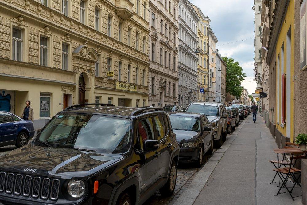 Lange Gasse: viele Parkplätze, wenig attraktiver öffentlicher Raum (Foto: 2020)