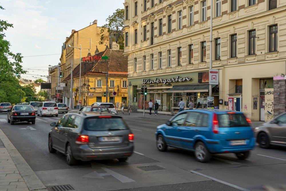 Lerchenfelder Gürtel: viel Verkehr neben historischen Gebäuden (Foto: 2020)