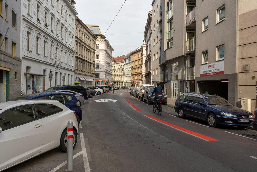 Margaretenstraße: viele Parkplätze, keine Bäume, kein baulich getrennter Radweg (5. Bezirk, Foto: 2020)