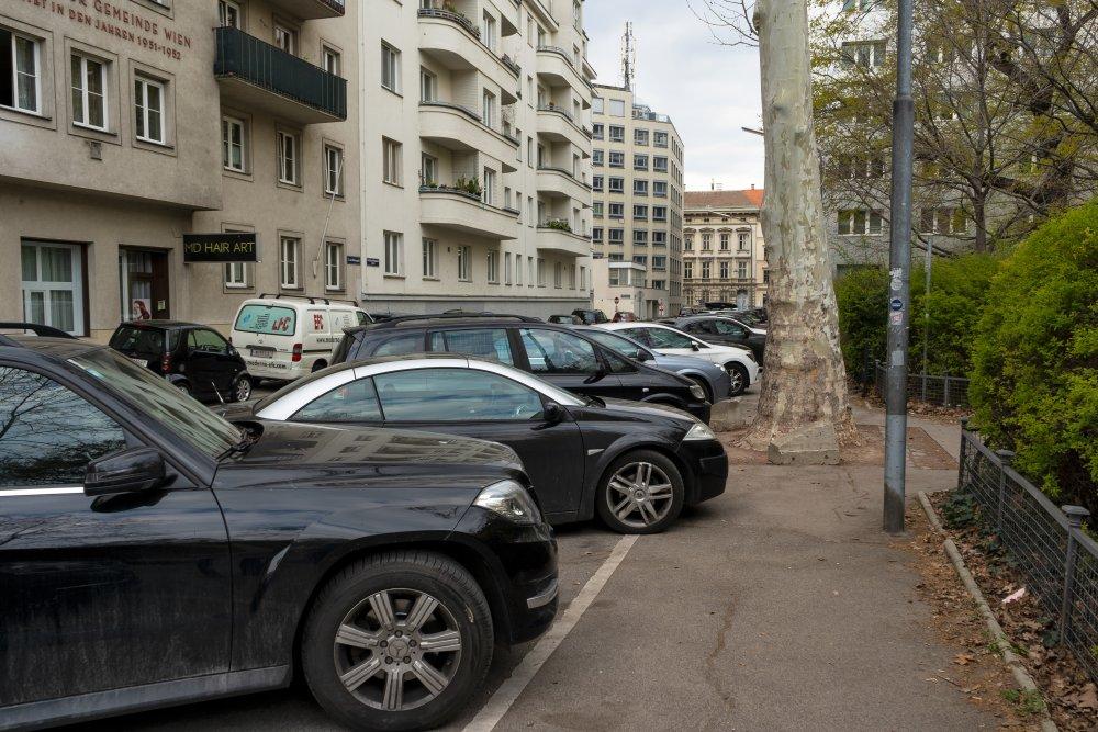 Schrägparkplätze am Gehsteig beim Modenapark (3. Bezirk, Foto: 2020)