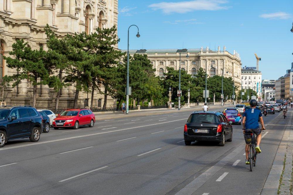Museumstraße: sechs Fahrspuren zwischen Maria-Theresien-Platz und Museumsquartier (Foto: 2020)