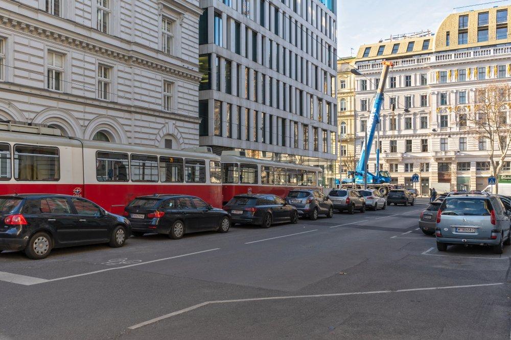 Peregringasse: Asphaltfläche und Parkplatz in der Nähe der Ringstraße (9. Bezirk, Foto: 2020)