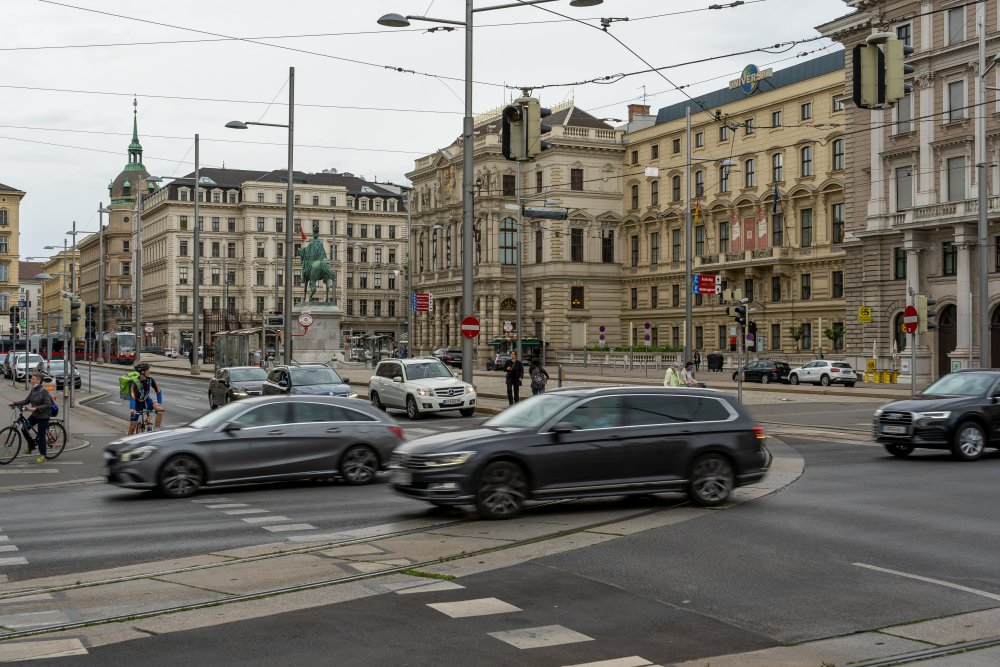 Schwarzenbergplatz: prächtige Gebäude, autobahnartige Straßen, unattraktive Laternen (Foto: 2020)
