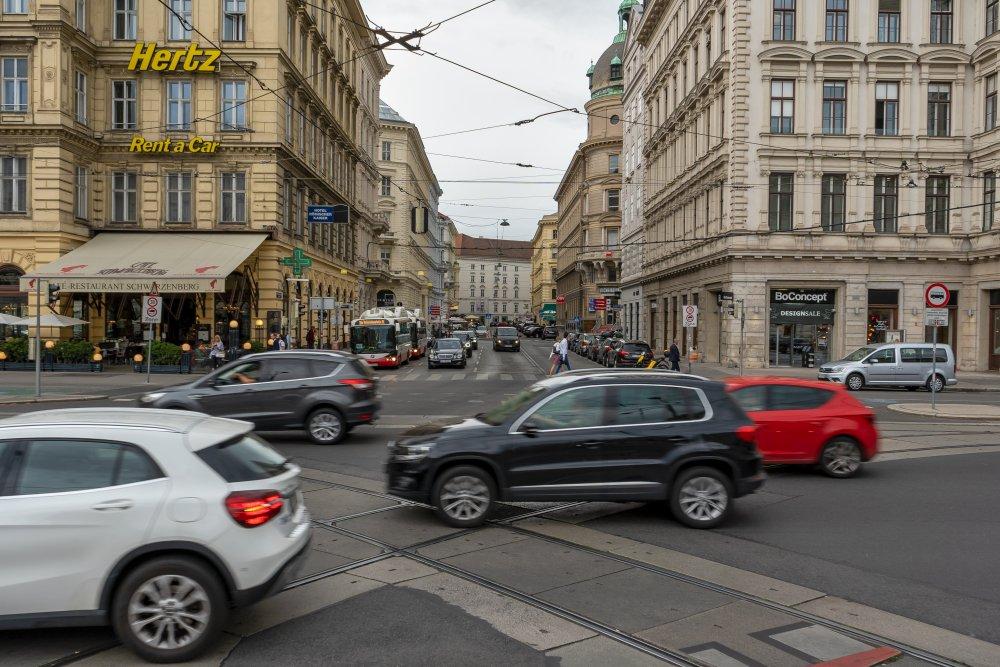 Ringstraße/Schwarzenbergstraße: prachtvolle Gebäude treffen auf starken Autoverkehr (Foto: 2020)