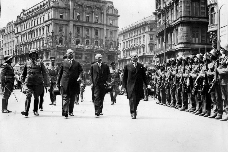 Wilhelm Miklas (rechts), der letzte Bundespräsident der 1. Republik, am Stephansplatz