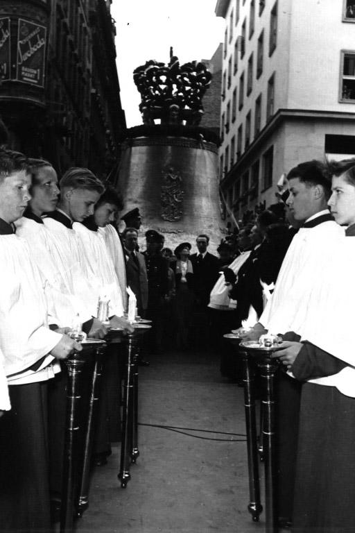 Pummerin vor dem Stephansdom, Wien, 1950er