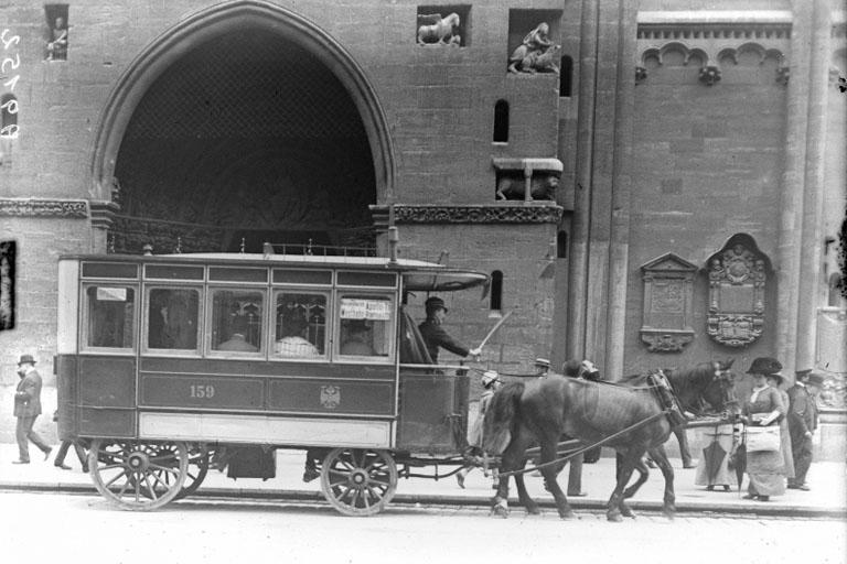Städtischer Omnibus vor dem Riesentor des Stephansdoms, 1913