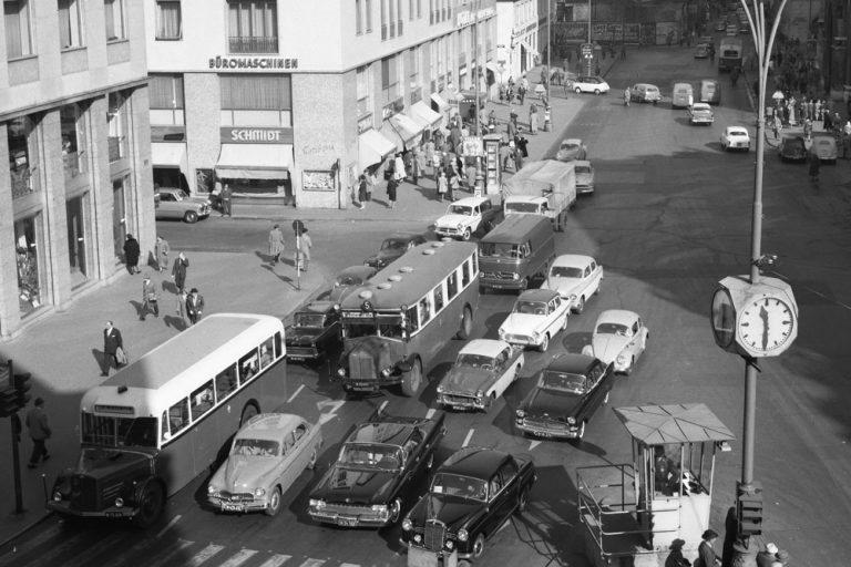 Verkehr am Stephansplatz vor dem Stephansdom, Wien